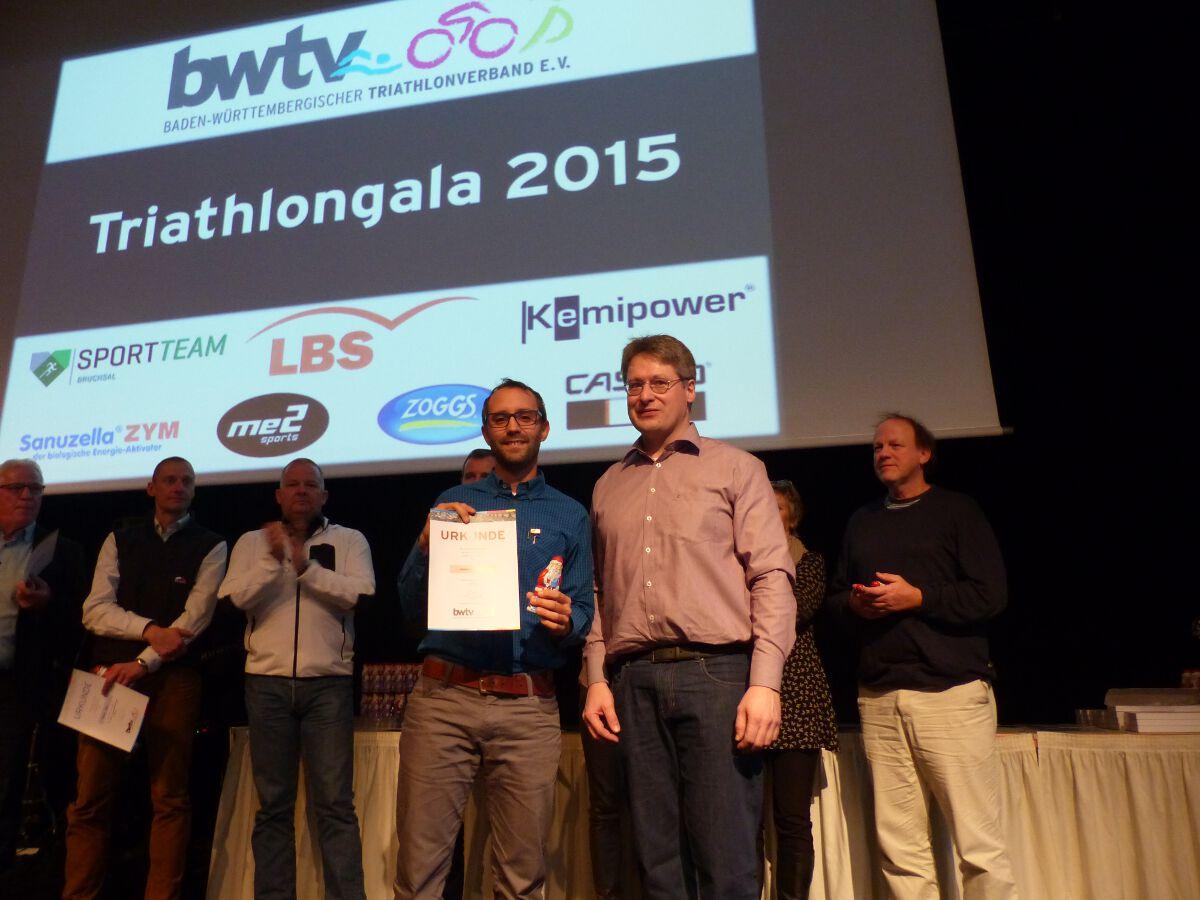 Johannes Gesell (links) erhält von BWTV Präsident Bernhard Thie die Ehrennadel in Bronze.;