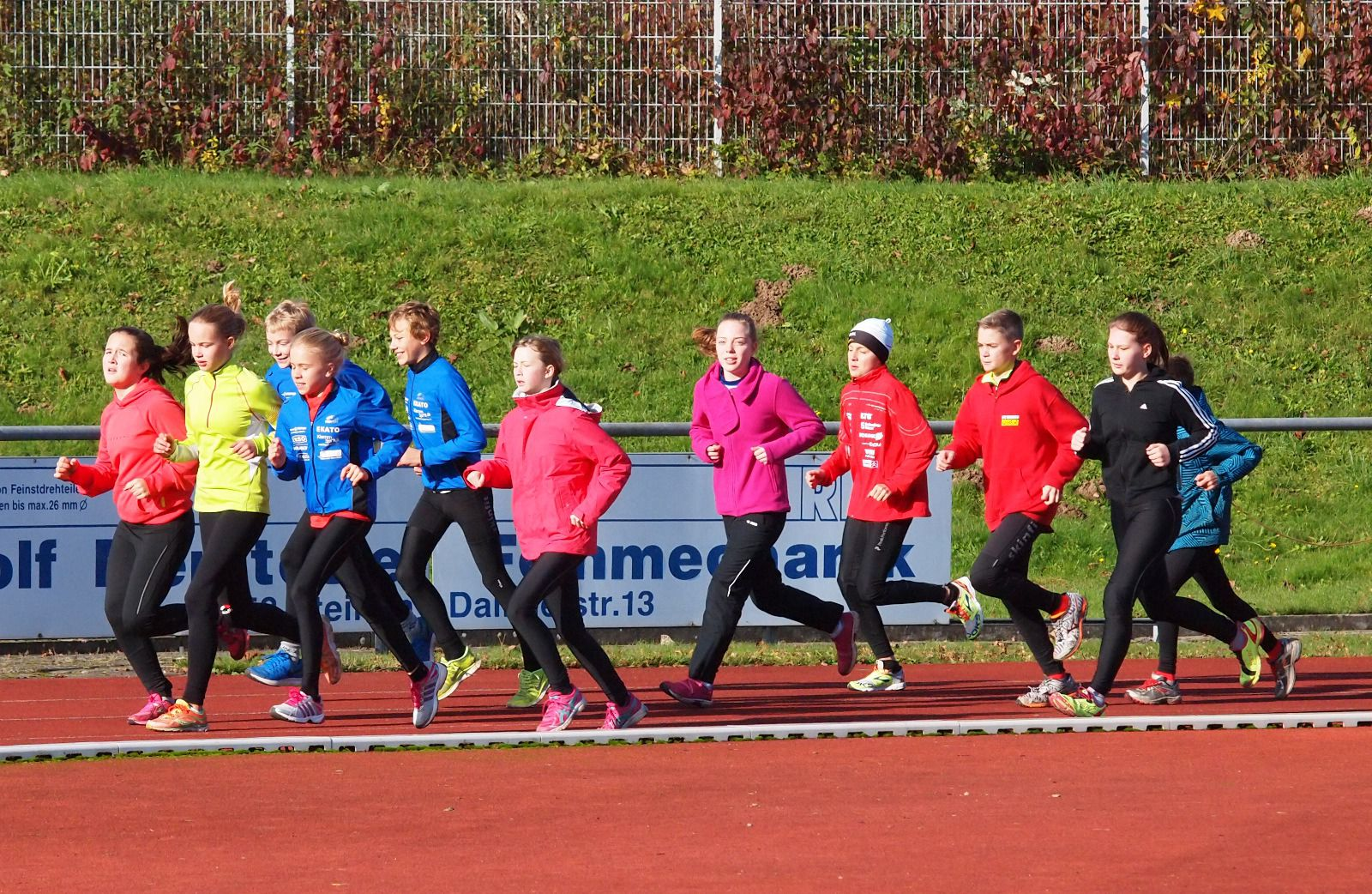 Über 30 junge Athletinnen und Athleten nahmen an der Vereinssichtung teil, hier die Gruppe in Langenau beim Warmlaufen. (Foto: Klemm)