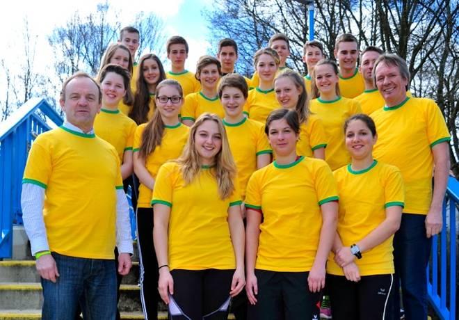 Mit den 19 neuen Schülermentoren Triathlon freuen sich die Mitglieder des BWTV Schuleteams Wolfgang Jörlitschka (vorn links), Reimund Mager (rechts außen) und Roland Krams (rechts, halb verdeckt).