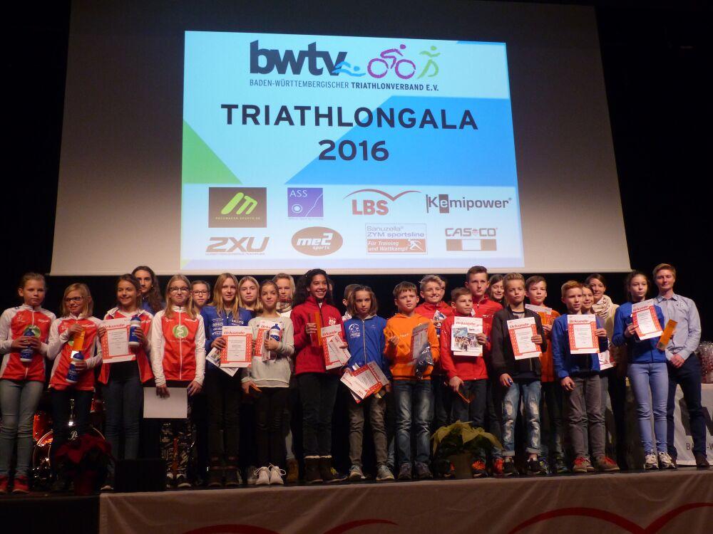 Im Mittelpunkt der Triathlon Gala stehen die Ehrungen der erfolgreichen Sportlerinnen und Sportler des Jahres. Hier die erfolgreichen Schülerinnen und Schüler des LBS Cup Triathlon Nachwuchs.