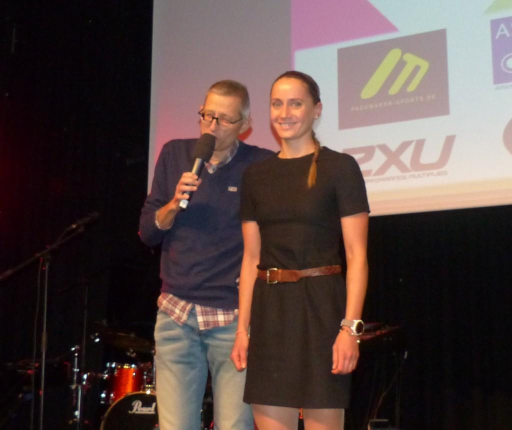 Laura Philipp, hier mit Moderator Achim Seiter, wurde bei der Gala gestern in Uhingen als Triathletin des Jahres geehrt. (Foto: Peter Mayerlen)